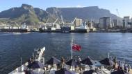 """In Zukunft wird geflogen: Die """"RMS St. Helena"""" verlässt Kapstadt auf dem Weg zur Insel St. Helena."""