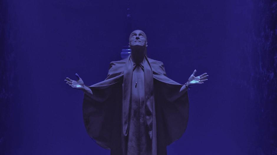 Emil Luxinger (André M. Hennicke) ist Mittelpunkt eines Rituals.