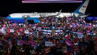Trump macht auf vollen Touren Wahlkampf für Josh Hawley in Missouri.