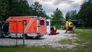 Ein Rettungshubschrauber und Rettungswagen stehen in der Nähe der Jugendherberge in Lennestadt.