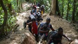 Migranten aus Haiti kämpfen sich durch Dschungel