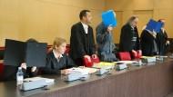 Die Angeklagten und ihre Anwälte: Im Prozess um die Misshandlung autistischer Kinder in einer Jugendhilfe-Einrichtung bei Düsseldorf sind nun die Urteile gesprochen worden.