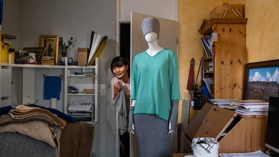Enhbold Neuhaus verkauft Textilien aus ihrem Heimatort in der Mongolei.