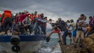 Schlepper setzten Flüchtlinge und Migranten im Oktober 2015 am Strand von Lesbos ab.
