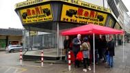 Lokalpolitiker, hier an einer Aachener Straßenecke: Der Kontakt zu den Bürgern ist oftmals nicht leicht herzustellen – und auch nicht immer durch Nettigkeiten geprägt.