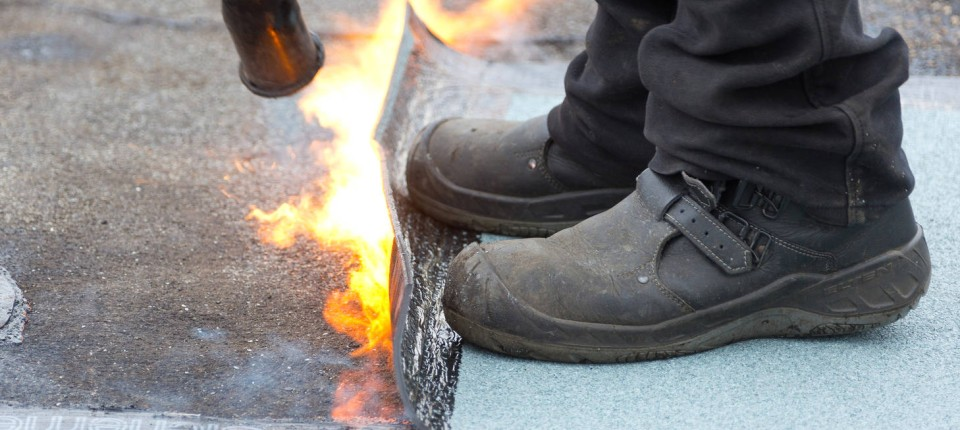 Beliebt Witterungsschäden: Mit Bitumen das Dach sanieren JO91