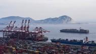 Donald Trump legt sich im Handelsstreit mit dem Rest der Welt an – und auch mit China (hier der Schanghaier Containerhafen).