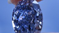 """Heiß begehrt und sündhaft teuer: Der Diamant """"Oppenheimer Blue"""" soll ca. 40 Millionen wert sein."""