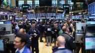 Auch wenn es an den Börsen abwärtsgeht, können Anleger mit ETFs profitieren.