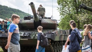 Streit um Bundeswehrstand auf Volksfest
