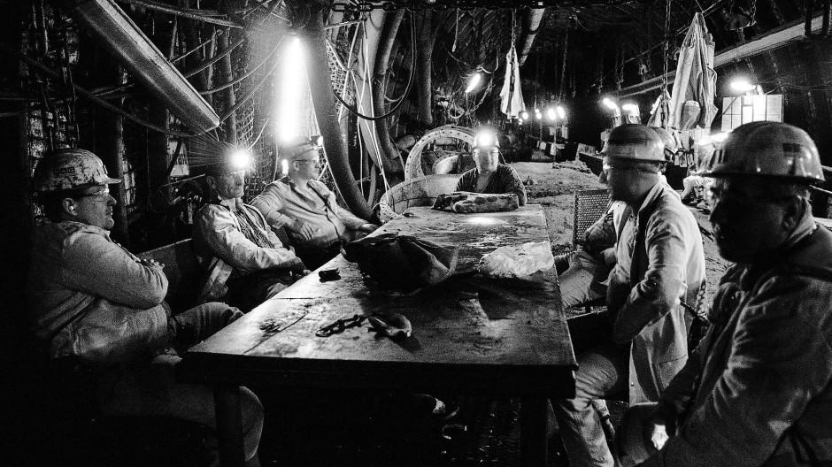 Die Arbeit unter Tage ist hart: Bergarbeiter bei einer verdienten Pause.