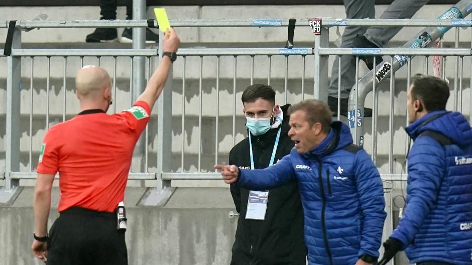 Frustration: Darmstadt-Trainer Anfang bekommt die Gelbe Karte.