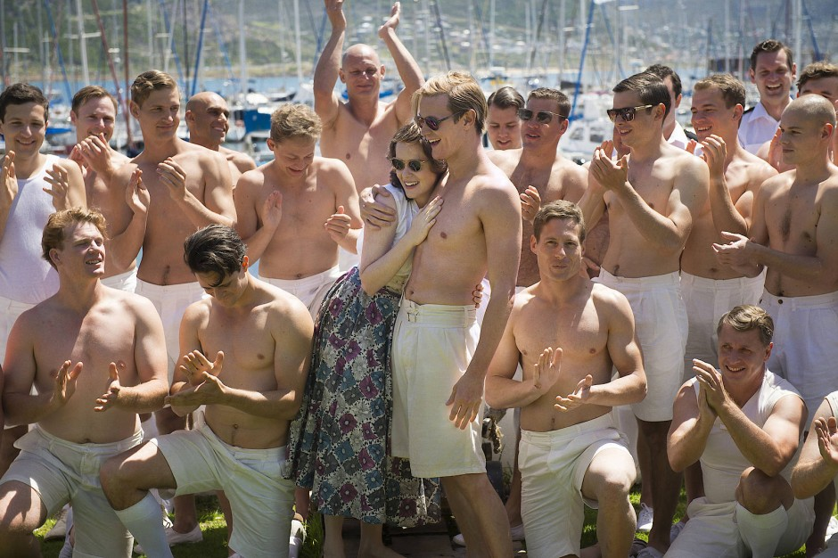 Als Kronprinzessin lebt es sich unbeschwerter: Elisabeth (Claire Foy) mit Philip (Matt Smith) und seinen Ruderkameraden auf Malta