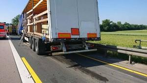 Unfall auf A5: Lastwagen mit Gefahrstoff verunglückt