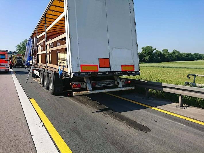 Gefährlicher Inhalt: Die Farben im verunglückten Lastwagen sind leicht entzündlich bei hohen Temperaturen.