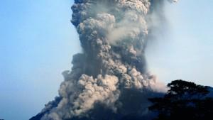 Vulkan stößt 5000 Meter hohe Aschewolke aus