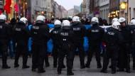 Polizei droht Demonstranten mit Wasserwerfer-Einsatz