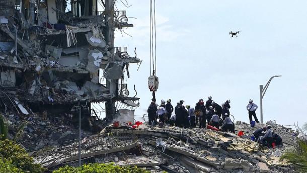 Rettungskräfte in Miami geben nicht auf