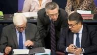 Außenminister Frank-Walter Steinmeier (SPD), Bundesinnenminister Thomas de Maizère (CDU) und Bundeswirtschaftsminister Sigmar Gabriel (SPD)