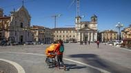 Alles in Bau: Abgesehen von Arbeitern sind auf dem Domplatz von L'Aquila nur wenige Menschen unterwegs.