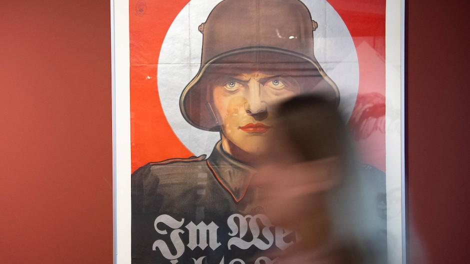 """Propaganda Ausstellung im Filmmuseum Potsdam: Ein Werbeplakat für den Kinofilm """"Im Westen nichts Neues""""."""
