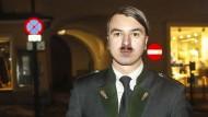Er ist wieder da: Harald Z. trat in Braunau als Doppelgänger von Hitler auf.