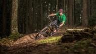 Schräglage: Ein Mountainbiker kurvt nahe Bad Orb durch den Spessart.