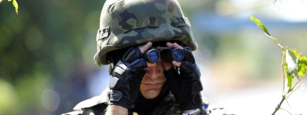 Ein ukrainischer Soldat bei der Feindaufklärung: Schickt Russland tatsächlich Truppen weit hinter die Grenze?