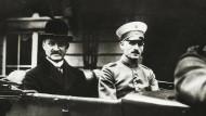 Georg Michaelis (l.) war mit umfassenden Kompetenzen ausgestattet. Sein Auftrag: Die Hungersnot in den Griff bekommen. Foto vom Juli 1917.