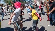Alles nur zur Deeskalation? Ein Clown im Wortgefecht mit einem Passanten vor dem Hamburger Hauptbahnhof