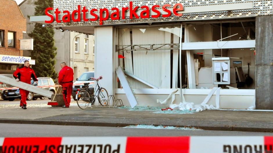 Spuren der Verwüstung: Bei der Sprengung eines Geldautomaten in Mönchengladbach entstand hoher Sachschaden.