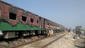 Mehr als 70 Tote bei Feuer-Inferno im Zug in Pakistan