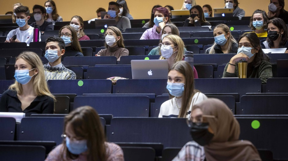 Mit Abstand und Masken im Hörsaal am 18. Oktober: Doch längst nicht alle dürfen wieder auf das Campusgelände der Goethe-Universität Frankfurt.