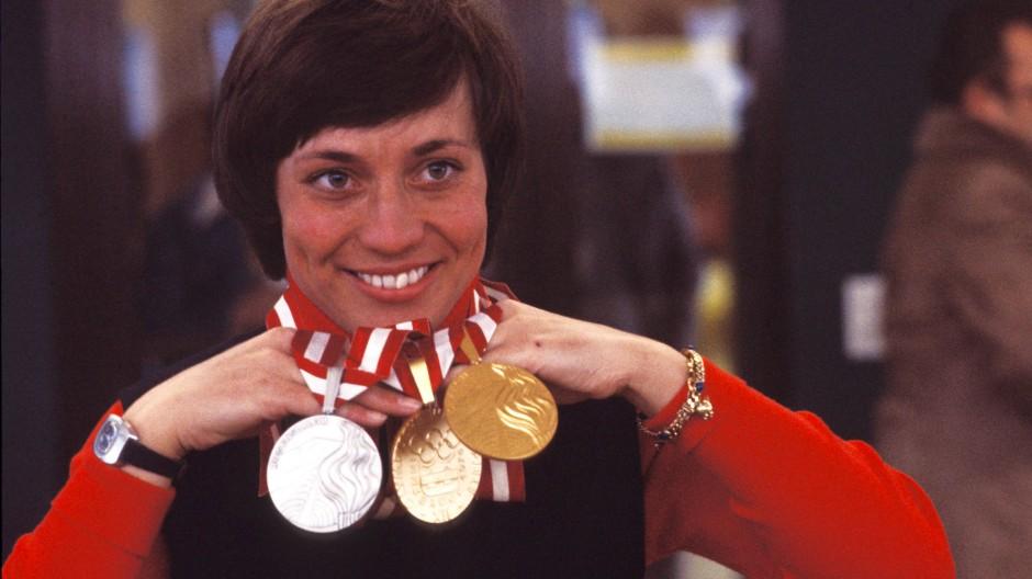 Glückliche Gewinnerin: Rosi Mittermaier präsentiert sich lächelnd mit ihren Goldmedaillen in Abfahrt und Slalom.