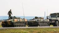 Auf russischem Boden: diese Soldaten halten die Stellung an der Grenze zur Ukraine