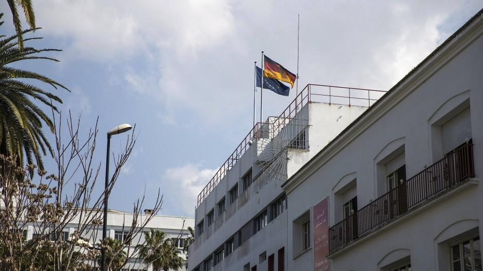 Die Fahnen von Deutschland und der EU wehen auf dem Dach der deutschen Botschaft in Rabat, Marokko, im März 2021.