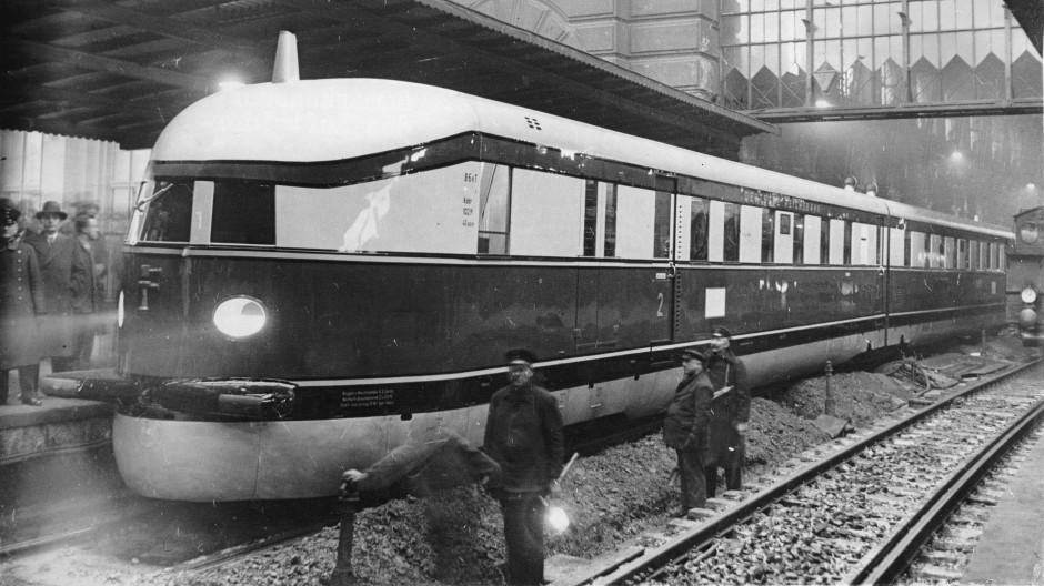 Berlin im Jahr 1932: Der erste Schnelltriebwagenzug fährt im Lehrter Bahnhof ein.