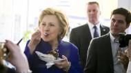 Immer essen, aber nur nicht dick werden: Hillary Clinton mit Eiscreme in New York