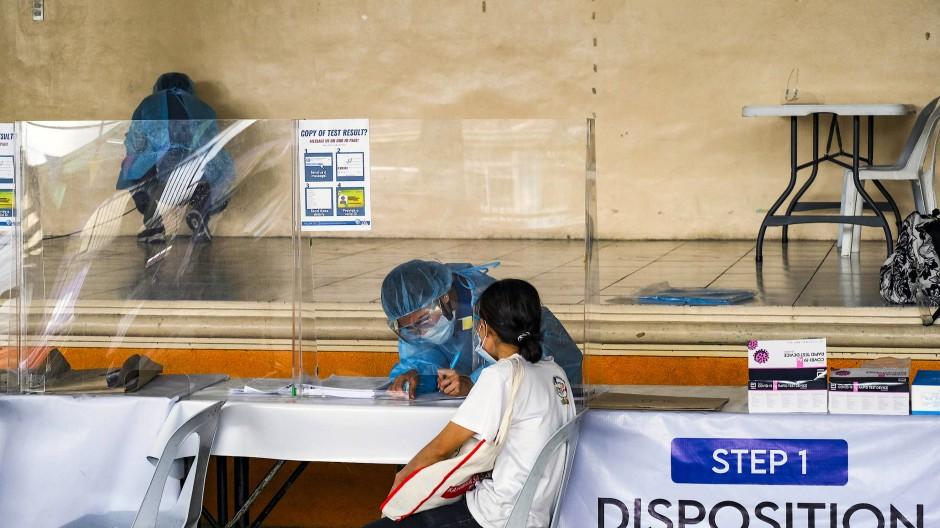 Corona-Test in Quezon-Stadt auf den Philippinen: Die Vorsorge gegen andere Krankheiten kommt zu kurz.