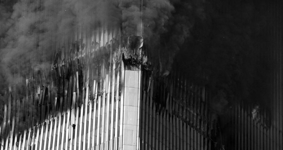 Die Flugzeuge haben die Fassaden der beiden höchsten Hochhäuser New Yorks durchstoßen. Der Rauch nimmt den Angestellten in den oberen Stockwerken den Atem. Weil auch viele Treppenhäuser zerstört sind, können sich Hunderte Menschen oberhalb der Einschlagstellen nicht mehr in Sicherheit bringen.