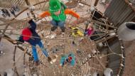 Spielplätze mit neuer Dimension – wie hier der 13 Meter hohe Kletterturm in Elstal.