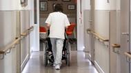 Die Pflege-Mindestlohnkommission hat Beschlüsse zu neuen Pflege-Löhnen gefasst. So soll es unter anderem von 2021 an erstmals einen eigenen Mindestlohn für ausgebildete Fachkräfte geben, zunächst mit 15 Euro, 2022 dann 15,40 Euro je Stunde.