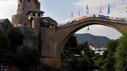 Waghalsige Brückenspringer in Mostar