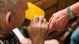 Mit steigendem Gehalt sinkt die Zeit für die Pflege