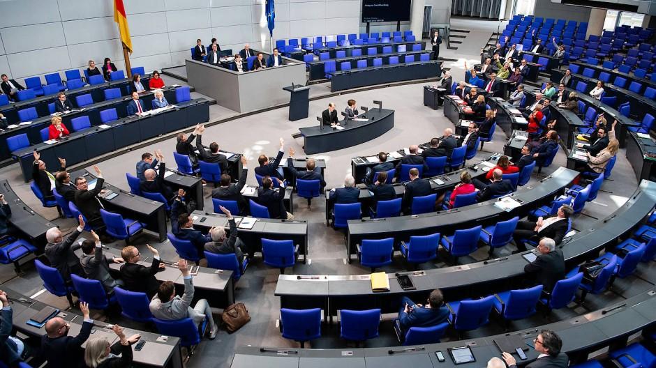 Im Bundestag sitzen die Abgeordneten der Grünen und der AfD weit auseinander. Dabei ist ihre Geschichte im Parlament durchaus vergleichbar. Oder doch nicht?