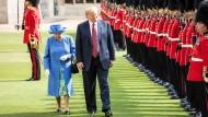 America first: Queen Elizabeth im Schatten des Präsidenten, der sich hier man den Vortritt lässt, Juli 2018, Windsor Castle.