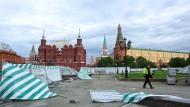 Verwüstungen auf dem Roten Platz: Aufräumarbeiten nach dem verheerenden Sturm