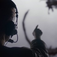 """Kreisförmige Zeichen einer extraterrestrischen Sprache: Amy Adams als Linguistin Louise Banks, die in Denis Villeneuves Science-Fiction-Film """"Arrivals"""" im Auftrag des Militärs für die Kommunikation mit Aliens sorgt"""