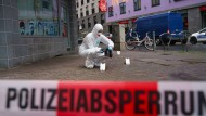 Beamte der Spurensicherung sichern Blutspuren auf einem Gehweg im Frankfurter Bahnhofsviertel. Bei einer mutmaßlichen Messerattacke waren dort am Dienstag mehrere Menschen verletzt worden