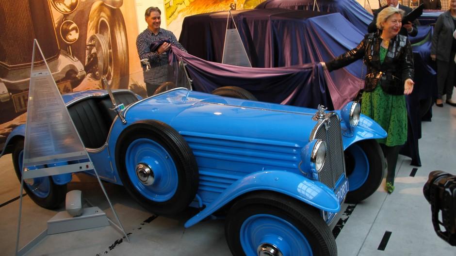 Stoewer vorn: Der V5 war das erste Serienauto mit Frontantrieb. Rechts die Deutsche Generalkonsulin Cornelia Piper.
